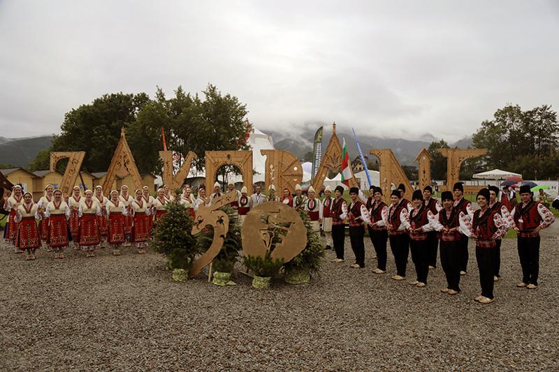 """Фолклорен танцов ансамбъл """"Пламъче"""" реставрира българските народни обичаи като им дава живот на сцената"""