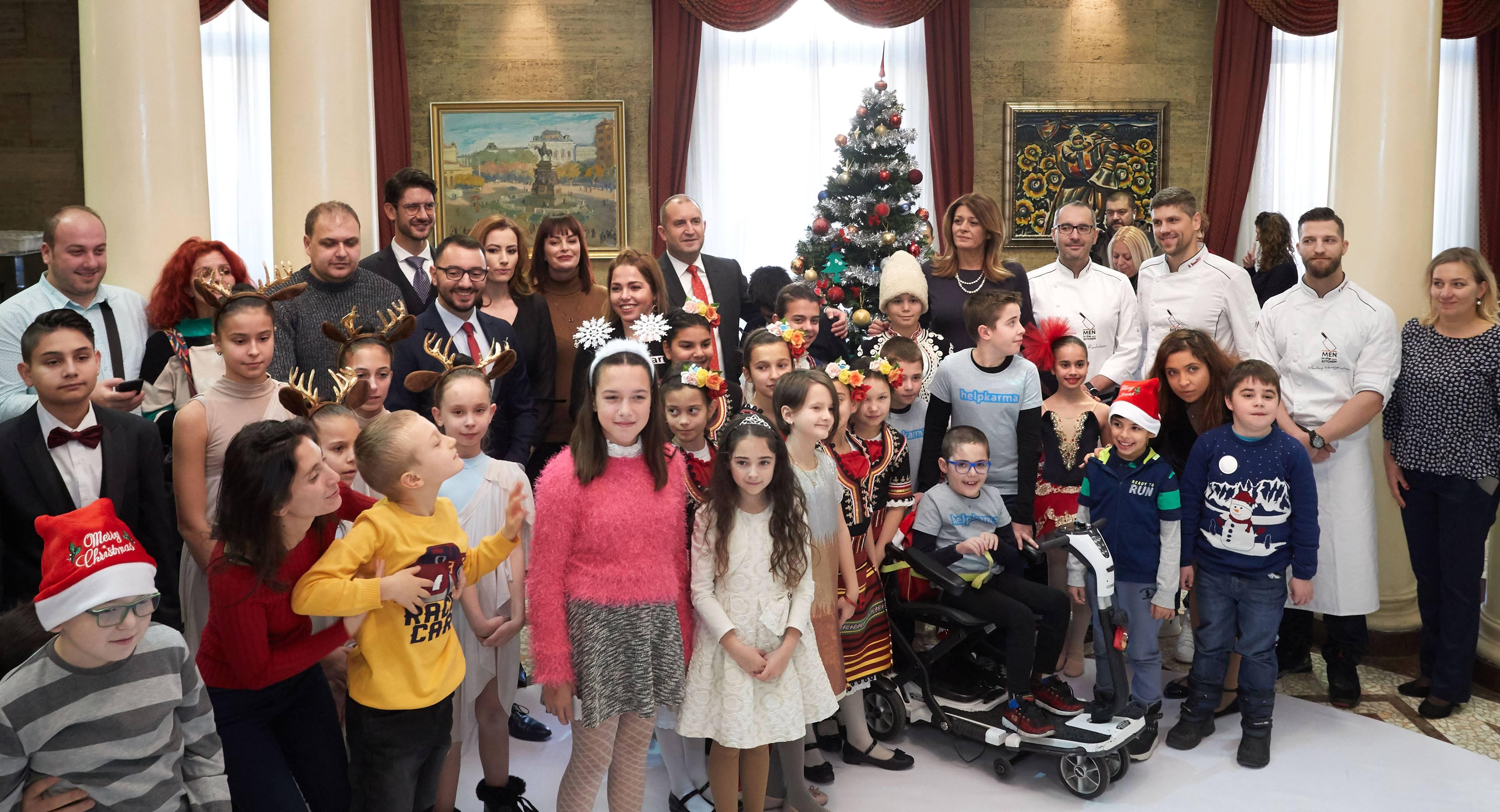 """Танцьори от ансамбъл """"Пламъче"""" и деца на """"Българската Коледа"""" украсиха заедно с държавния глава и неговата съпруга елхата в президентството"""